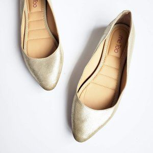 Me Too Pointed Toe Flat Gold Metallic 10